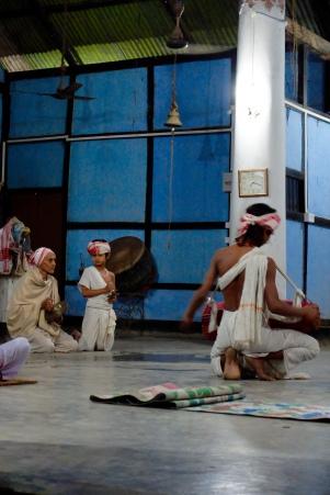 Moines jouant de la musique en guise de prière